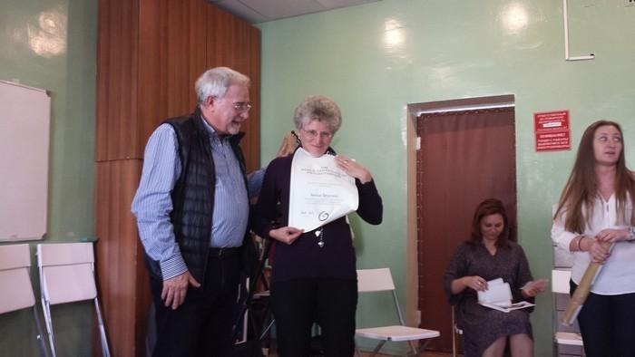 23.12.13 Р. де Бернарто вручает сертификат Психотерапевта Мира