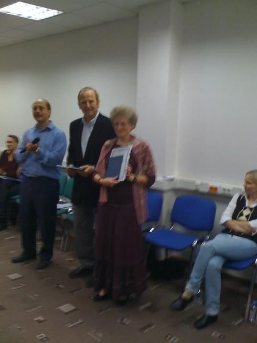 Вручение Г.Вебером и М. Бурняшевым сертификата расстановщика, 2009