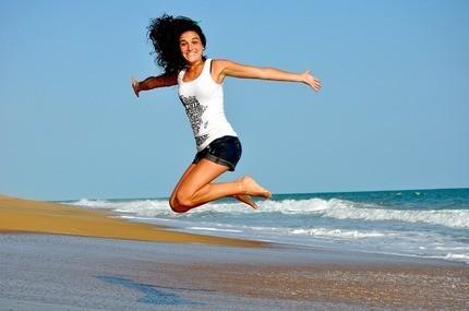 девушка в прыжке с улыбкой