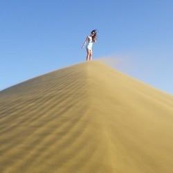 девушка на песчаной дюне
