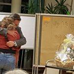 Конференция DGfS и INFOSYON расстановщиков в Германии 2018 Нашего председателя благодарят за прекраную работу и вручают огромную картину с подарком 2