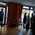 Конференция DGfS и INFOSYON расстановщиков в Германии 2018 Мой мастер-класс по расстановке конфликта. Мы ставим обе стороны конфликта А и В, сам Конфликт и Большую систему (эту роль взял на себя известный орграсстановщик Thomas Siefer — на фото мужчина у окна), которая содержит А, В, Конфликт, его причину и необходимые ресурсы.