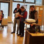 Конференция DGfS и INFOSYON расстановщиков в Германии 2018 Новый председатель DGfS вручает похвальную грамоту бывшему председателю комиссии по обучению Хайко Хинрикс (в середине) 2