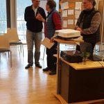 Конференция DGfS и INFOSYON расстановщиков в Германии 2018 Новый председатель DGfS вручает похвальную грамоту бывшему председателю комиссии по обучению Хайко Хинрикс (в середине)